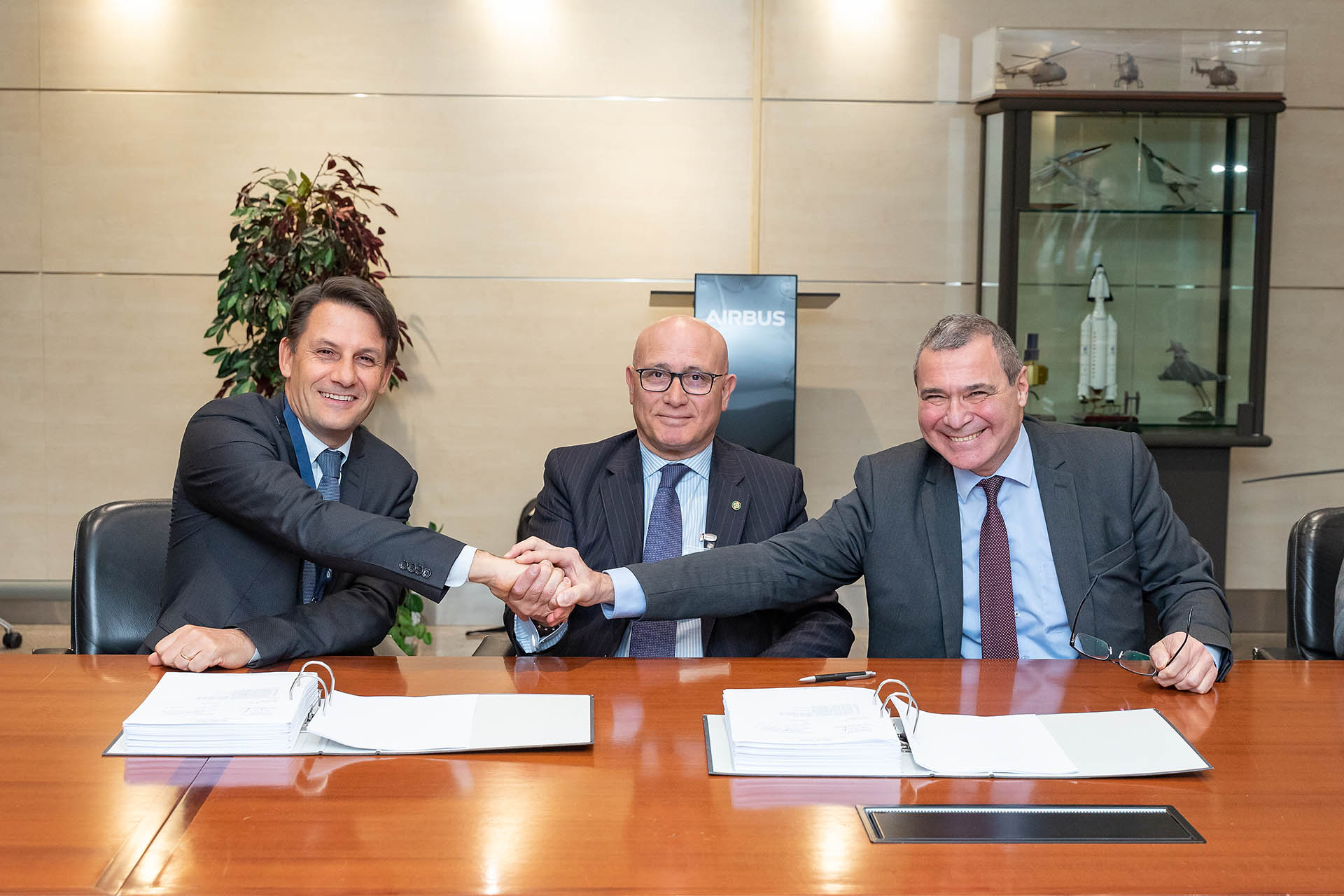 A moment during the signature of the Contract Amendment 8. From left to right: Didier Plantecoste, Matteo Bisceglia, OCCAR Director& Hervé Daumas, Airbus DS. ©OCCAR