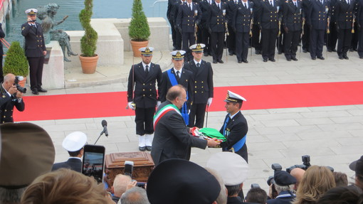 The commander of the ship, CDR Marco Bagni, receives the Battle Flag from Mr. Roberto Cosolini (Major of Trieste)